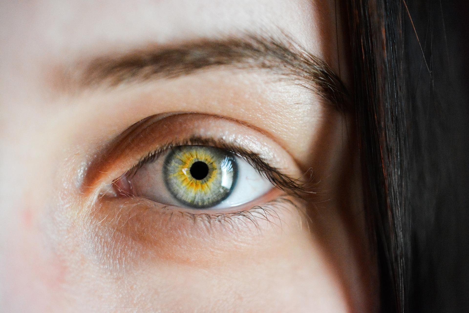Blaugrünes Auge einer Frau