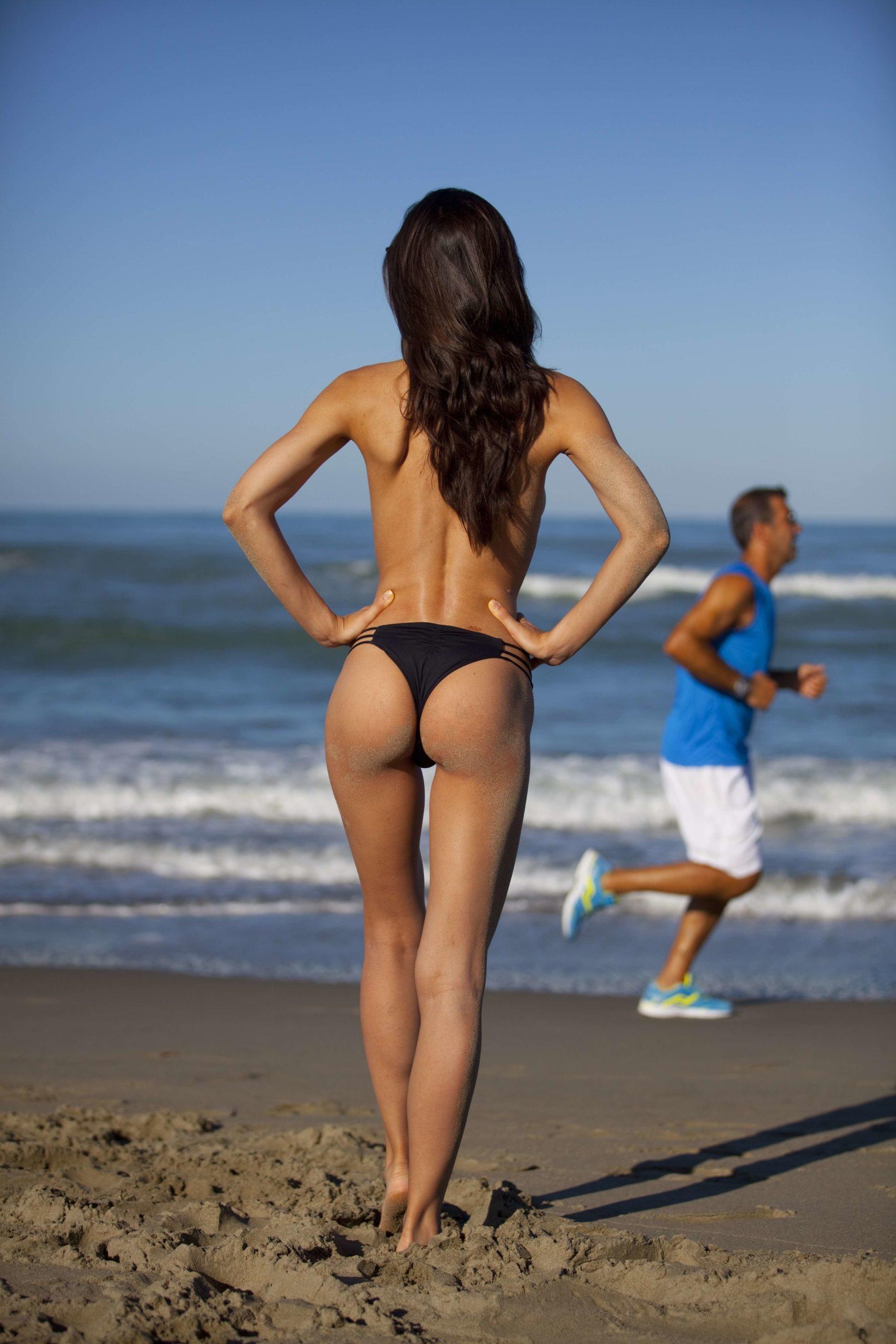 Bild von Beinen und Bauch einer schlanken Frau.